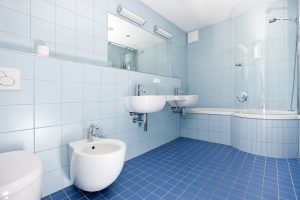 Badezimmer mit hellblauen Fliesen